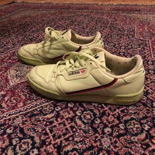 Begagnat skick. Har använt dem några gånger sen har de legat i garderoben. Skorna är lite mer grön/gula än på bild. Jätte sköna! Kan mötas upp i Stockholm.