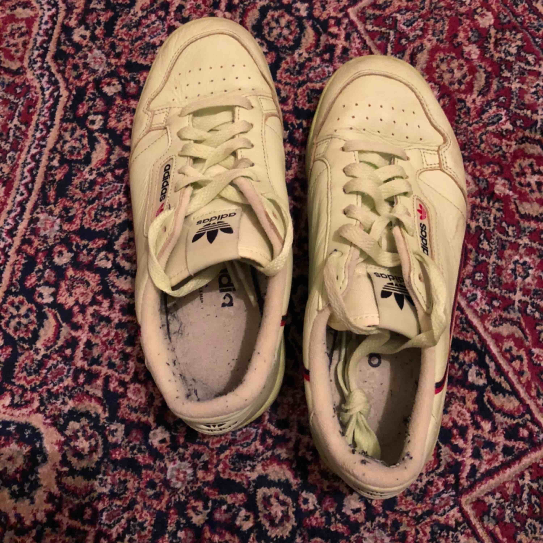 Begagnat skick. Har använt dem några gånger sen har de legat i garderoben. Skorna är lite mer grön/gula än på bild. Jätte sköna! Kan mötas upp i Stockholm. . Skor.