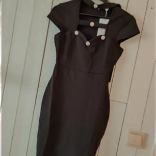 Fin oanvänd klänning som är figur sydd, storlek xs