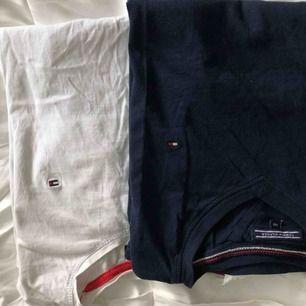 En mörkblå v-ringad tshirt En vit ( valigt ) ringad tshirt Sälja enskilt: 55kr Tillsammans: 100kr