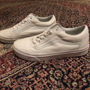 Helt vita vans! Nyskick! Använda två gånger pga för små. En fläck vid tåra på höger sko. Kan mötas upp i Stockholm.