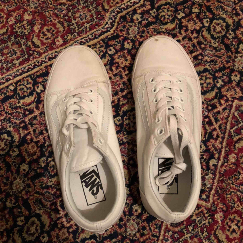 Helt vita vans! Nyskick! Använda två gånger pga för små. En fläck vid tåra på höger sko. Kan mötas upp i Stockholm. . Skor.