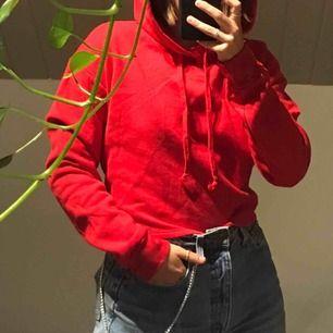 Cropped röd hoodie köpt och använd endast en gång. Suuuperskönt material. Storlek S fungerar allt från XS till M. Frakt tillkommer!