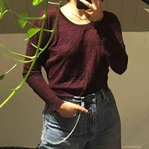 Superstretchig vinröd långärmad tröja som passar allt från XS till M. Sparsamt använd och i bra skick. Frakt tillkommer 🍷❤️