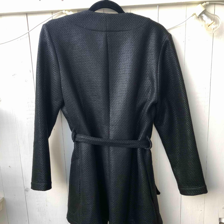 ✨ Diana Orving - kavaj/jacka  ✨Storlek: S (passar en storlek 36-38) ✨Material: 90% polyester 10% ull, glansigt flätat tyg ✨ Skick: nyskick, knappt använd . Jackor.