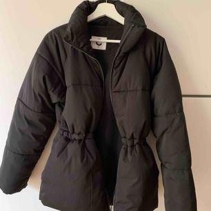 Snygg helt ny vinterjacka, puffer-jacket modell.  Storlek XS, Svart. Passsr även en S.