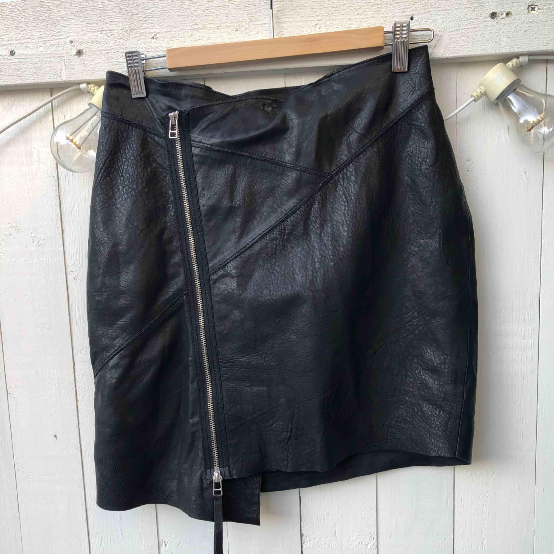 ✨ Tiger of Sweden - läderkjol  ✨Storlek: M (passar storlek 38-40) längd bak 50 cm ✨Material: tyvärr är tvättlappen borttagen men kjolen är i mjukt läder med polyester foder ✨Skick: nyskick  . Kjolar.
