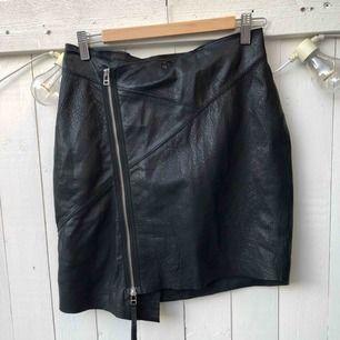 ✨ Tiger of Sweden - läderkjol  ✨Storlek: M (passar storlek 38-40) längd bak 50 cm ✨Material: tyvärr är tvättlappen borttagen men kjolen är i mjukt läder med polyester foder ✨Skick: nyskick