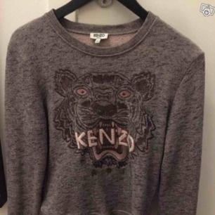 Kenzo tröja s. 38 Tjocktröja med kenzotigern, ganska liten i storleken. Använt skick.