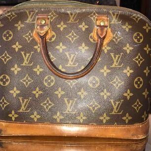 (Lånad bild)  Skicket är helt okej väskan är vintage det enda som är på väskan är lite skador undertill väskan men det syns knappt. Annars är väskan i bra skick.  Väskan är äkta.