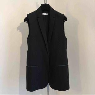 Ny✨modern kostym väst snygg till jeans eller kjol✨ Färg: svart Storlek:XS men går även till en S. Nypris låg på 799:-  stilfulla skinndetaljer
