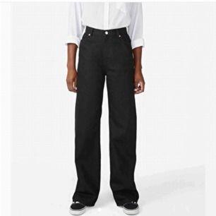 Snygga raka jeans från monki, storlek 32 motsvarar M. Säljer pga för stora,