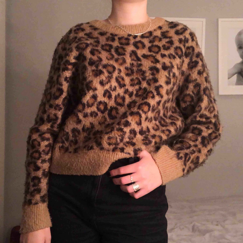 Super gosig stickad tröja med leomönster, köpte Stl M för att få den lite oversize. frakt tillkommer :)). Stickat.