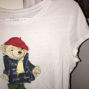 Jätte fin Ralph Lauren t-shirt från Kidsbrandstore. Det är stl. xl, men efter som att den är köpt på barnavdelningen så är stl. xs/s:) Säljer för 100kr + frakt:)