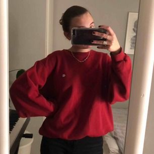 Röd vintage Championtröja, jag har storlek S och den ser inte överdrivet stor ut på mig utan sitter lite oversize:))