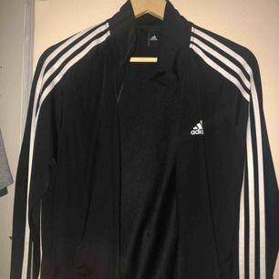 Adidas tröja i nyskick. Frakt kostar 60kr.