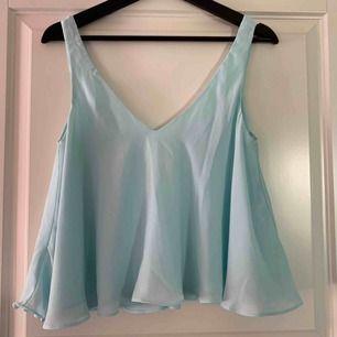 Säljer mitt linne i denna vackra blåa färg. Knappt använd. Köparen står för frakten.