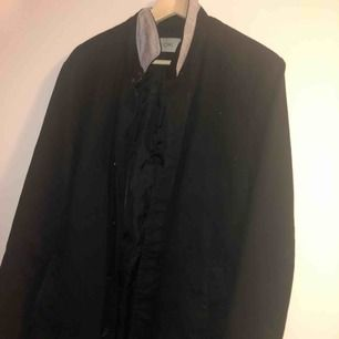 Trenchcoat i svart färg.