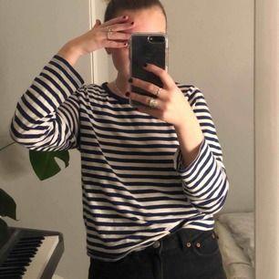 Jättemjuk och trevlig tröja! Ränderna är marinblå typ men ser svarta ut i vissa ljus :))