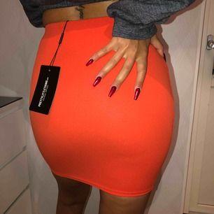 Väääldigt fin flaming orange färg på kjolen Aldrig använd som ni ser, lappen kvar!