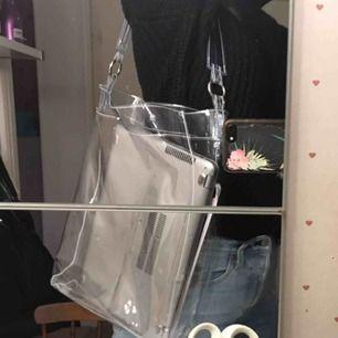 Genomskinlig väska från Nelly, köpare står för frakt