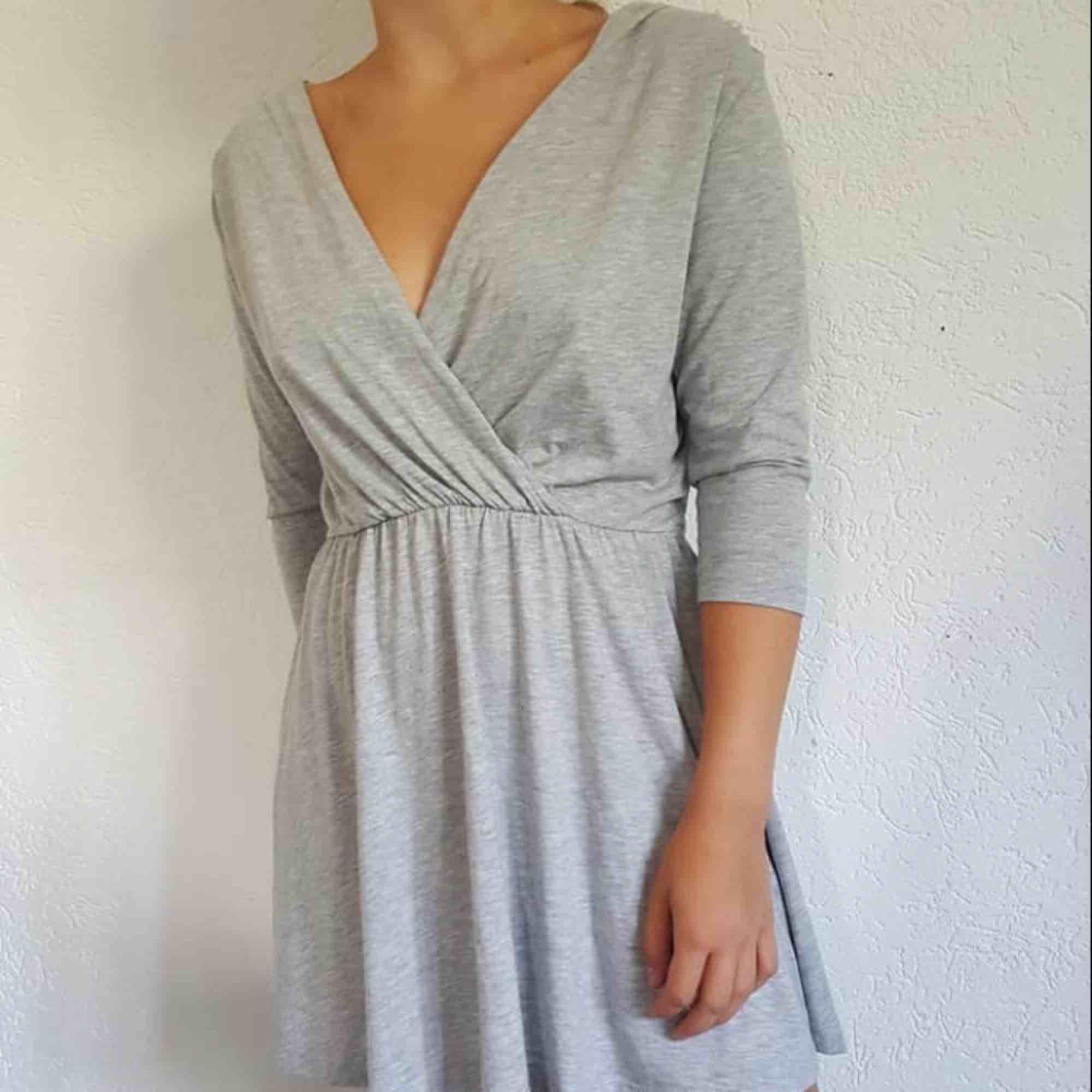 Mycket grå fin klänning bik bok stl s  Frakt spårbar 52:- eller hämtas Sölvesborg . Klänningar.