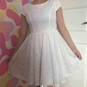 Endast använd en gång jätte fin vit kläning passar till allt möjligt bra skik
