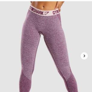 Gymshark flex leggings i stl S och färgen DARK RUBY MARL/BLUSH NUDE. Nästan helt oanvända och originalpris är 550:-. Skickas mot fraktkostnad eller möts upp i Göteborg
