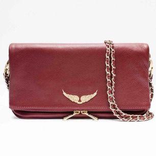 Säljer mina fina Zadig väska då jag inte använder den längre. Den är i jätte fint skick och i perfekt mörkröd nyans för hösten, väskan är slutsåld och finns inte i butik längre.