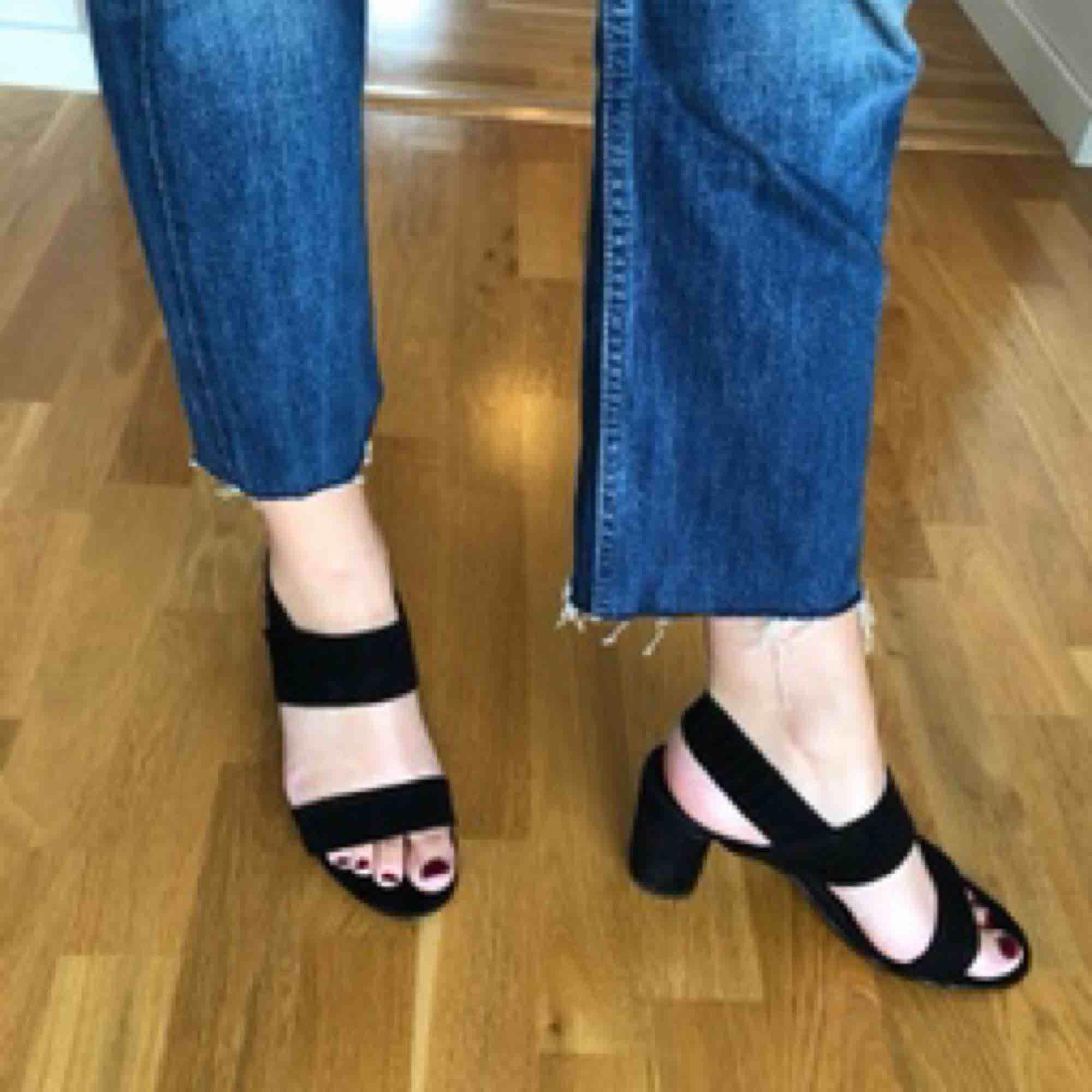 Levis 501 i storlek 28. Längden är 32 men de är avklippta nertill. Säljer dem pga att de aldrig kommer till användning. (Jag är 175 cm lång om det är info som kan hjälpa).  Längd från gren ner till byxben: 66 cm.  Köparen betalar frakt.. Jeans & Byxor.
