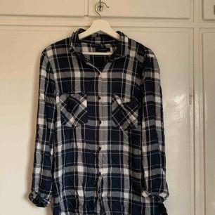 Oversize skjorta i blått mönster. Strl 40