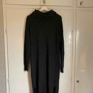 Grå stickad klänning från hm. Aldrig använd. Strl M