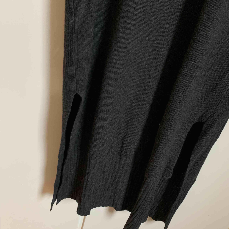 Grå stickad klänning från hm. Aldrig använd. Strl M. Klänningar.