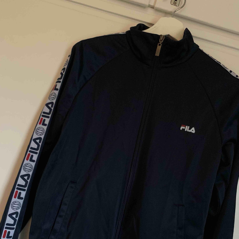 Blå fila tröja, aldrig använd, strl S. Huvtröjor & Träningströjor.