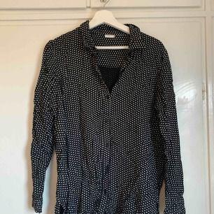 Svart/vit prickig skjorta, strl 40