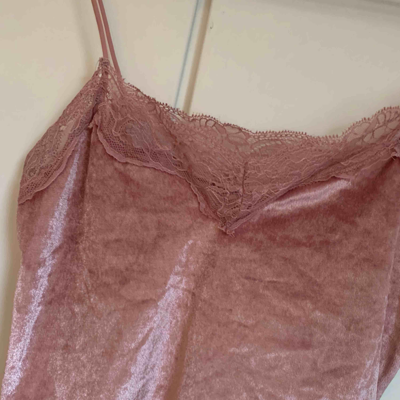 Rosa linne i velvet, aldrig använd, strl S. Toppar.