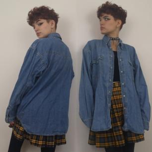 Skitsnygg retro jeansskjorta med silvriga tryckknappar både fram och på bröstfickorna. I största sannolikhet herrstorlek, sitter snyggt oversized på mig och jag har vanligtvis xs-s i storlek. Frakten för denna ligger på 63 kr, samfraktar gärna! 👍😌