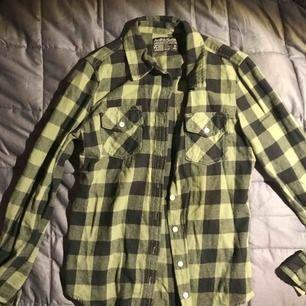 Mysig flanell skjorta som knappt är använd och passat perfekt till hösten! Säljer för 90 kr + frakt 🕸🎃