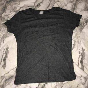 En T-shirt från Ginatricot i storlek S, knappt använd