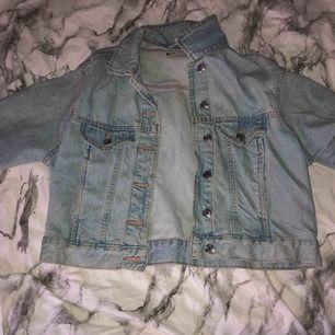En jeansjacka i kortade modell från Gina tricot i storlek S.