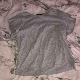En grå tshirt från Bikbok med volangärmar i storlek S