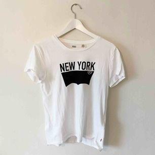 T-shirt från Levi's köpt i New York, aldrig använd. Frakt på 35kr tillkommer 🥰