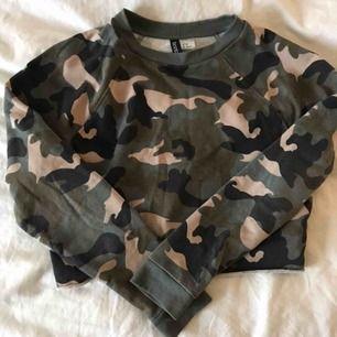 En croppad tröja med camouflage. Från H&M, storlek xs. Fint skick!