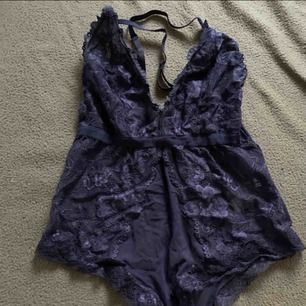 Ursnygg body från H&M  Aldrig använd, endast testad med underkläder under!  Storlek 34! Frakt tillkommer