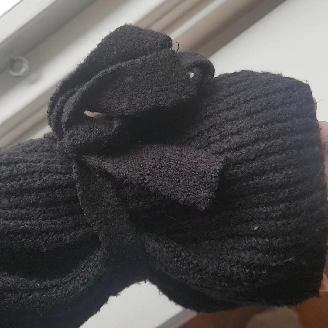 Frakt ingår💕 svart tröja från NAKD med rosetter på ärmarna. Stickat.