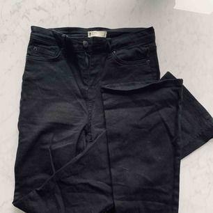Svarta jeans med utsvängda ben, från gina tricot , modell Molly. Strl S, aldrig använda
