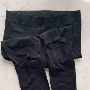 Svarta tjocka leggings med hål vid knäna. Knappt använda. Från hm, strl M