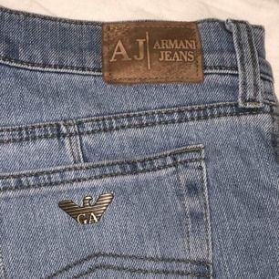 ⭐️ Armani Jeans ⭐️ Storlek 30 Väldigt stretchiga så det funkar absolut att gå ner en storlek ifall du brukar bära jeans med större storlek.  High 2 mid Waist  Klippta längst ner, långa i benen. Jag är 169cm och har på bilden även platå skor🥰