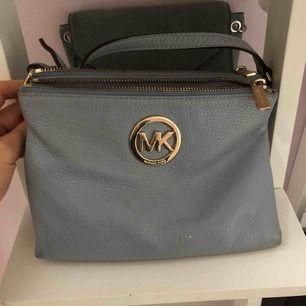 En ljusblå, jätte fin MK väska. Knappt använd, fint skick. Pris kan diskuteras, står inte för frakten.