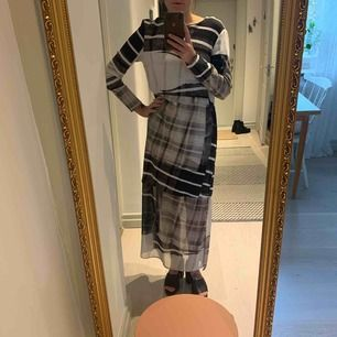 Långklänning i gott skick! Använd 1 gång. Nederdelen av klänningen är tunn och genomskinlig (bild 2) Kan mötas upp i Sthlm eller skicka, köparen står för fraktkostnad.